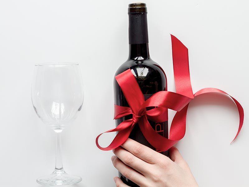 Jak zapakować butelkę wina?